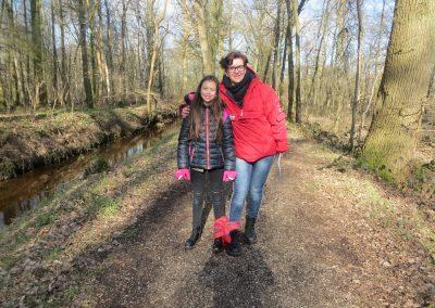 Moeder en dochter in bos