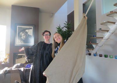 Enya en mama met een stuk stof
