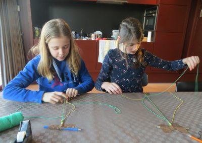 meisjes maken armbanden