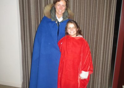 moeder en dochter in mantel
