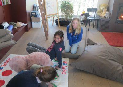 meisjes spelen twister