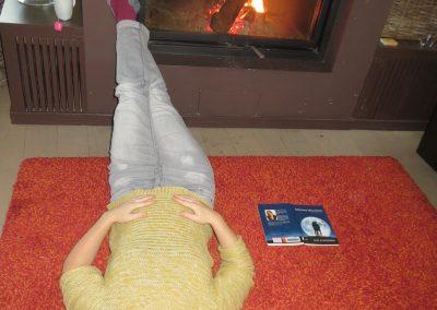 moeder slaapt voor vuur