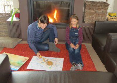 moeder en dochter met tekening voor vuur