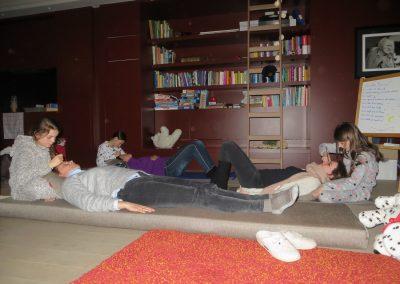 meisjes geven massage aan mama