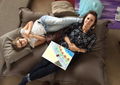Moeder en dochter liggen op een zitzak en kijken omhoog
